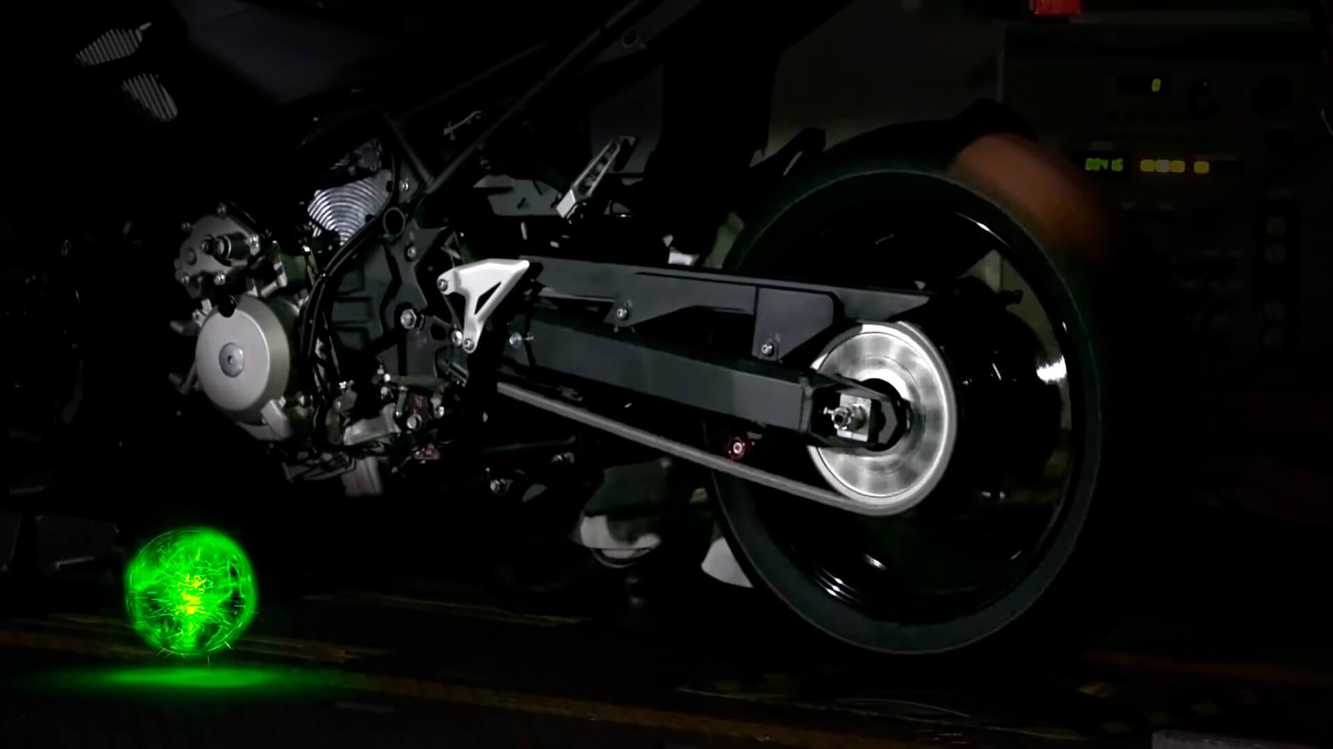Kawasaki продемонстрировал свое видение гибридного мотоцикла вместе срабочим прототипом надинамометрическом стенде